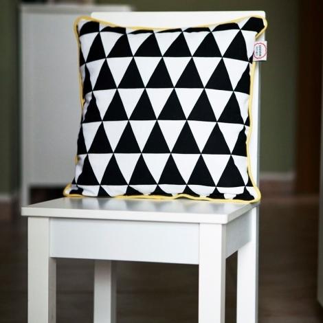 VIGVAM DESIGN Polštář Triangle černé trojúhelníky, žlutý lem
